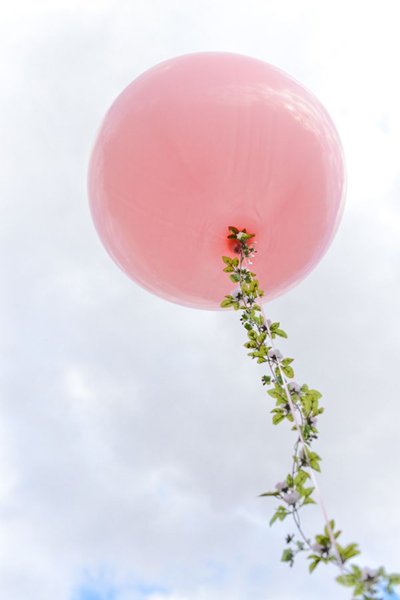 balloon with garland streamer