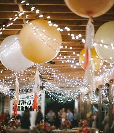 Five ways to use giant balloons in your wedding for Ballon wedding decoration